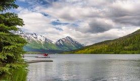 在Moose湖靠码头的浮游物飞机在阿拉斯加 免版税库存图片