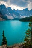 在Moraine湖上的剧烈的天空在班夫,加拿大 库存照片