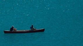 在Morraine湖的独木舟 免版税库存图片
