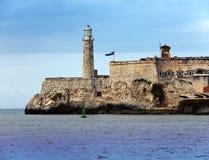 在Morro城堡,守卫入口对哈瓦那海湾,哈瓦那,古巴的标志的堡垒的灯塔 库存图片