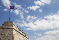 在Morro堡垒的上面的古巴旗子 图库摄影