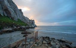 在Morro岩石潮汐入口的日落在加利福尼亚中央海岸莫罗贝的加利福尼亚美国 免版税图库摄影