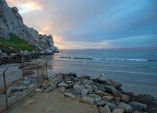 在Morro岩石潮汐入口的日落在加利福尼亚中央海岸莫罗贝的加利福尼亚美国 图库摄影