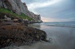 在Morro岩石的黄昏暮色日落在加利福尼亚中央海岸莫罗贝的加利福尼亚美国 免版税图库摄影