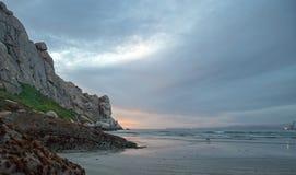 在Morro的黄昏暮色日落反射在加利福尼亚中央海岸晃动在莫罗贝加利福尼亚美国 库存图片