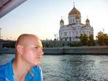 在Moskva河,莫斯科附近的救世主大教堂 图库摄影