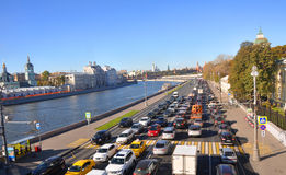 在Moskvoretskaya堤防的交通堵塞 莫斯科 俄国 免版税库存图片