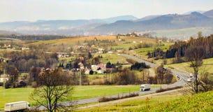 在Mosty u Jablunkova, E75 /11路和西莱亚西Beskids镇的看法  库存图片