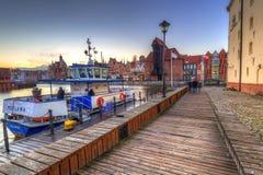 在Motlawa河和小游艇船坞的冬天日落在格但斯克 免版税库存图片