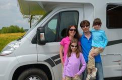 在motorhome (RV)的家庭旅行在度假 免版税库存图片