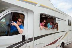 在motorhome (RV)的家庭旅行在度假 库存图片