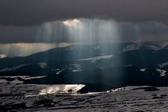 在mouintains的太阳光芒 免版税图库摄影