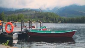 在Mountain湖的小船在高Tatras,斯洛伐克 影视素材