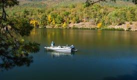 在Mountain湖的年长渔夫渔 库存图片