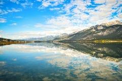 在Mountain湖风景的云彩和天空蔚蓝反射 免版税库存照片
