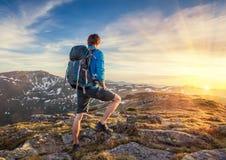 在mountaine顶部的背包徒步旅行者 库存照片