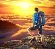 在mountaine顶部的背包徒步旅行者 免版税库存图片