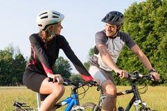 在Mountan自行车的运动的夫妇 库存图片
