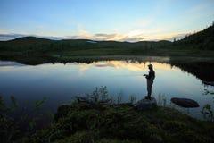 在mountian湖的用假蝇钓鱼 免版税库存照片