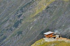 在mountians的上面的山瑞士山中的牧人小屋 库存照片