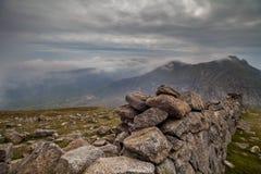 在Mourne山的石墙,北爱尔兰 库存图片
