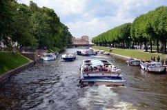 在Moyka河的游览小船 库存图片