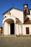 在mozzate教会结束了砖塔边路意大利lo 免版税图库摄影