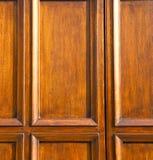 在mozzate生锈的门教会关闭了金属胶合木意大利米兰 库存照片