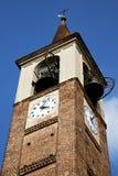 在mozzate老意大利墙壁和高耸响铃太阳 免版税库存照片