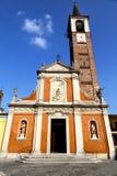 在mozzate老教会封锁了砖塔边路意大利 免版税库存图片