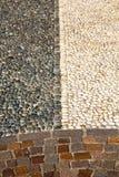 在mozzate街道一教会和ma的伦巴第意大利路面附近 免版税库存照片