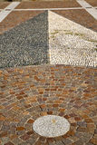 在mozzate街道教会和墙壁marb的摘要路面附近 免版税图库摄影