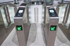 在MRT大量高速运输驻地的自动付款门 MRT是在巴生谷的最新的公共交通系统为 库存照片