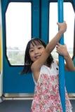 在MRT运输里面的亚洲中国小女孩杆跳舞 库存图片