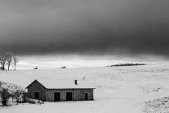 在Mt的雪报道的小山撤退 Subasio翁布里亚,在冬天季节期间的意大利 库存图片