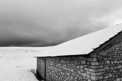在Mt的雪报道的小山撤退 Subasio翁布里亚,在冬天季节期间的意大利 免版税图库摄影