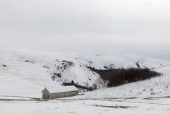 在Mt的雪报道的小山撤退 Subasio翁布里亚,在冬天季节期间的意大利 图库摄影