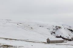 在Mt的雪报道的小山撤退 Subasio翁布里亚,在冬天季节期间的意大利 库存照片