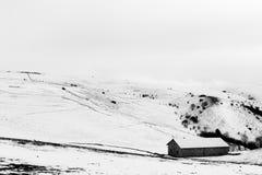 在Mt的雪报道的小山撤退 Subasio翁布里亚,在冬天季节期间的意大利 免版税库存图片