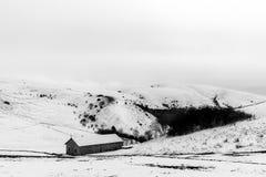 在Mt的雪报道的小山撤退 Subasio翁布里亚,在冬天季节期间的意大利 免版税库存照片