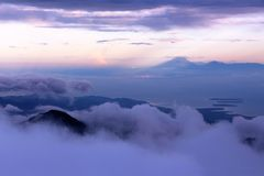 在mt顶部Rinjani山顶的日出  免版税库存图片