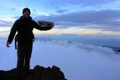 在mt顶部Rinjani山顶的年轻人  库存照片