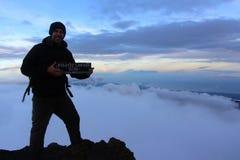 在mt顶部Rinjani山顶的年轻人  免版税库存照片