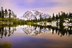 在Mt Shuksan附近的美丽的景色 免版税库存图片