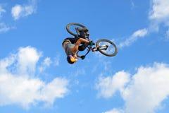 在MTB (骑自行车的山)竞争的一个专业车手在泥铺跑道 免版税库存照片