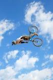 在MTB (骑自行车的山)竞争的一个专业车手在LKXA极端体育巴塞罗那的泥铺跑道 库存图片