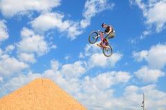 在MTB (骑自行车的山)竞争的一个专业车手 免版税库存照片