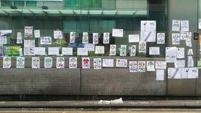 在MTR驻地的爱&和平消息在纳丹路占领旺角2014年香港抗议革命占领中央的伞 免版税库存照片