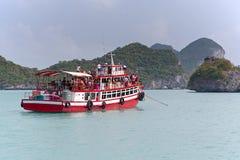 在Mu Ko Ang皮带全国海岸公园的老红色小船 免版税库存照片