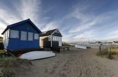 在Mudeford唾液的海滩小屋 免版税库存照片